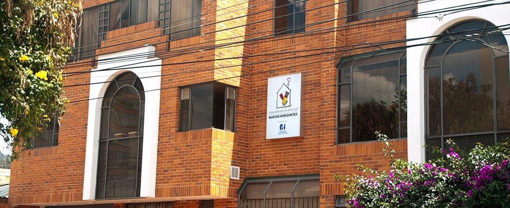 El Programa Casa Ronald McDonald, un edificio en ladrillo con el logo en la parte de adelante de la Casa.